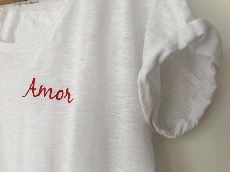 wit katoenen shirt met rode letters AMOR