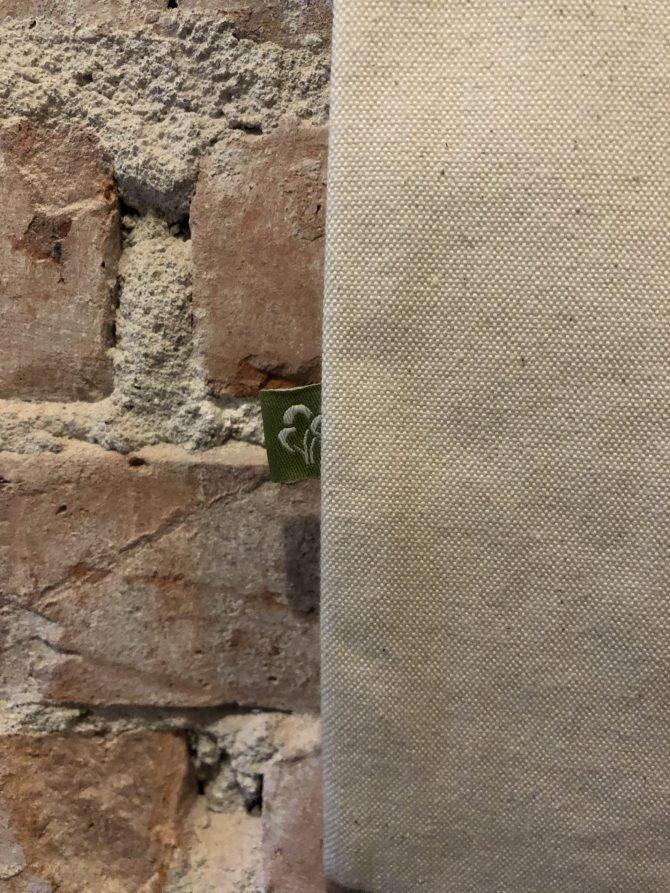 Beige tas voor muur