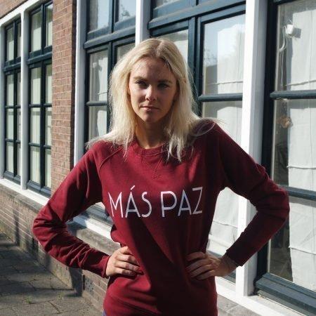 model buiten op straat trui Más paz