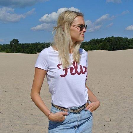 model op de hei met wit shirt en rode letters Feliz