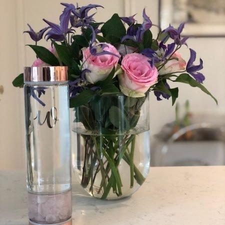 Glazen fles met kristallen