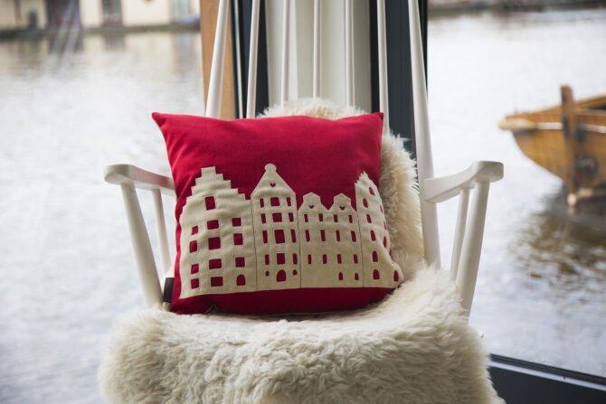 AMSTERDAM CITY PILLOW – MEDIUM – RUBY RED – VELVET