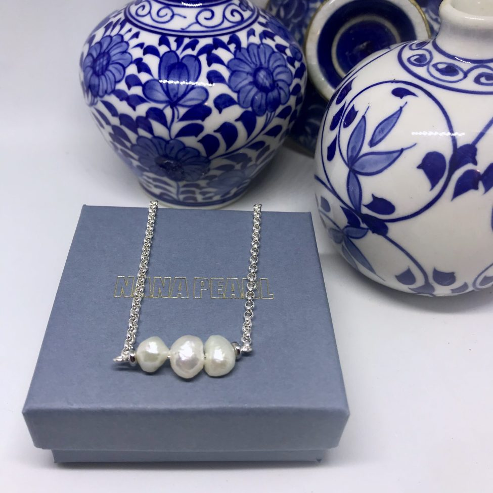Zilver collier met 3 zoetwaterparels