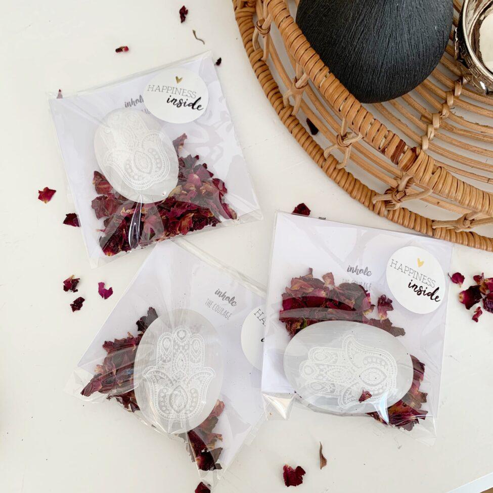cadeau idee witte seleniet met afbeelding van hand van fatima, rozen, uitleg, werking topcadeau moederdag by sas 2.9