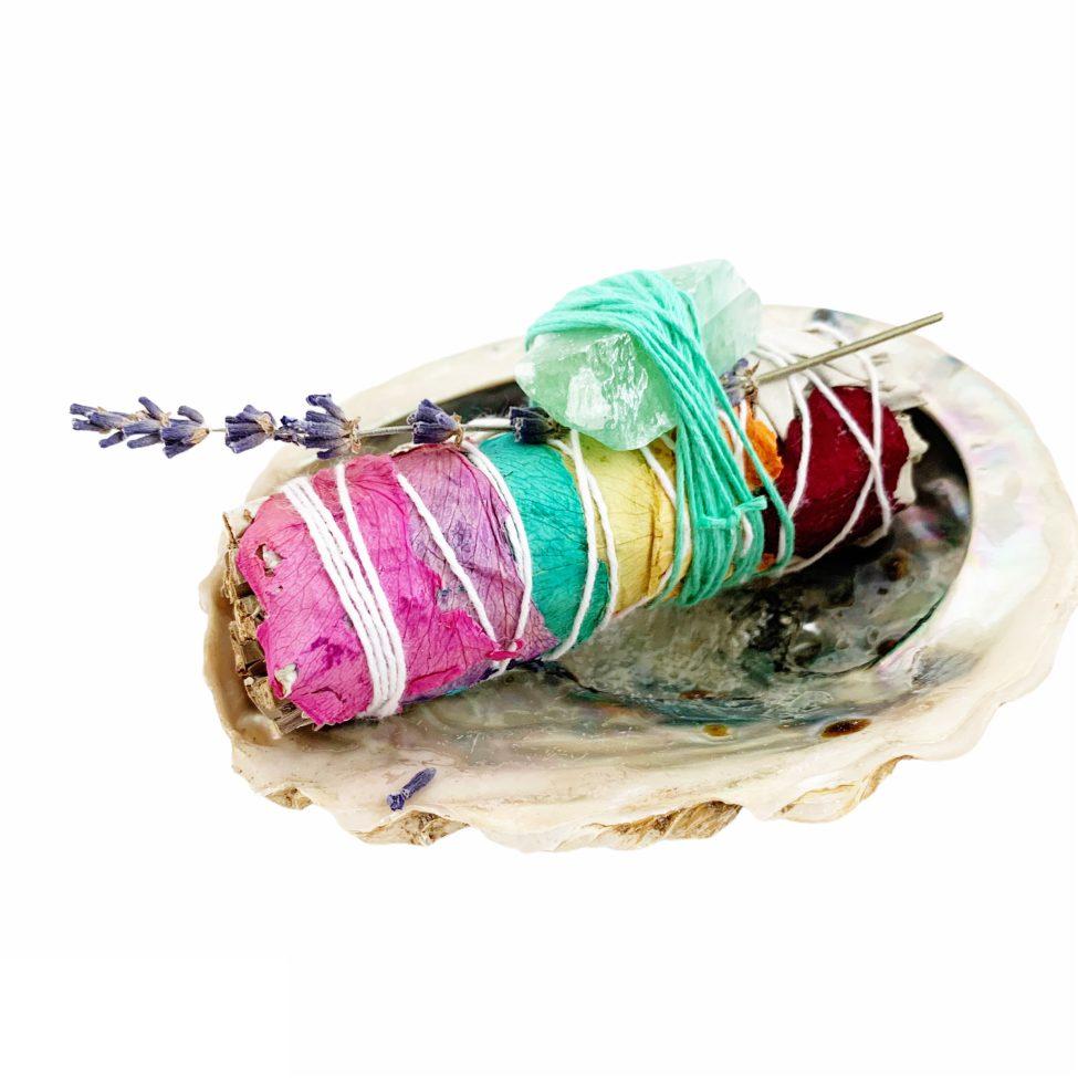 chakra salie rol met groene calciet, rozen blaadjes met chakra kleuren by sas mindfulness 1.4