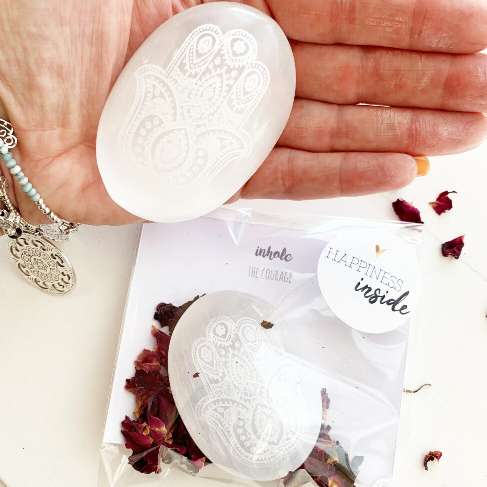 edelsteen cadeau witte seleniet met hamsa hand cadeauverpakking met rozen en uitleg 2.8