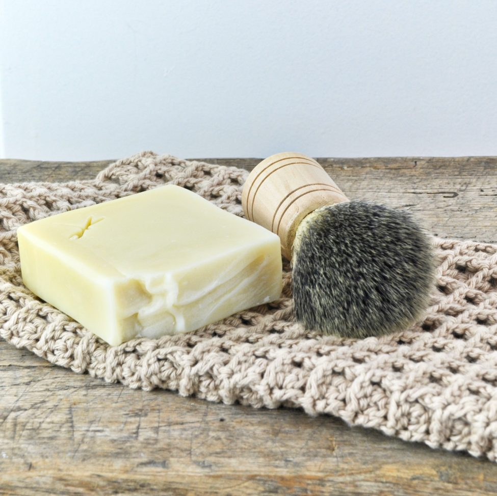 scheerzeep met katoenen gezichtsdoekje en scheerkwast